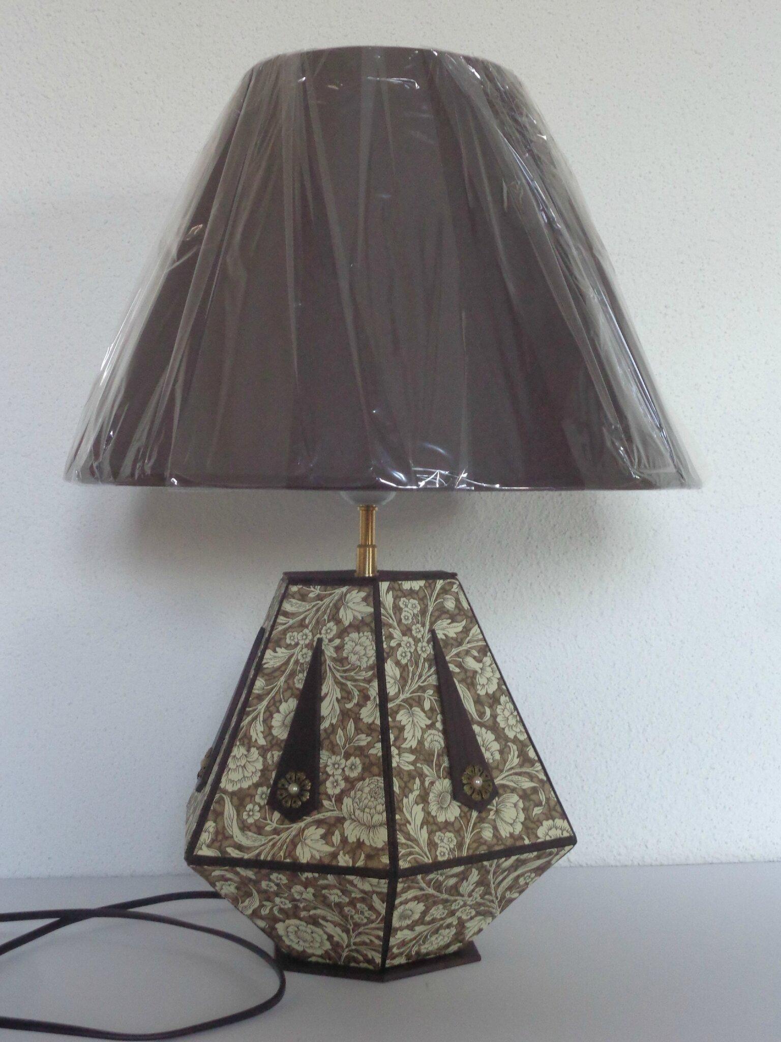 Lampe hexagonale et sa boite