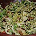 Salade de chou frisé cru à la pomme et aux noix