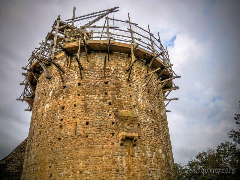 Tour, donjon construction d'un château fort au Moyen Age Guédelon