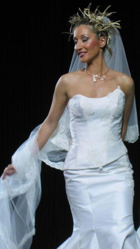 Long voile de mariée qui peut servir aussi de traîne de mariage