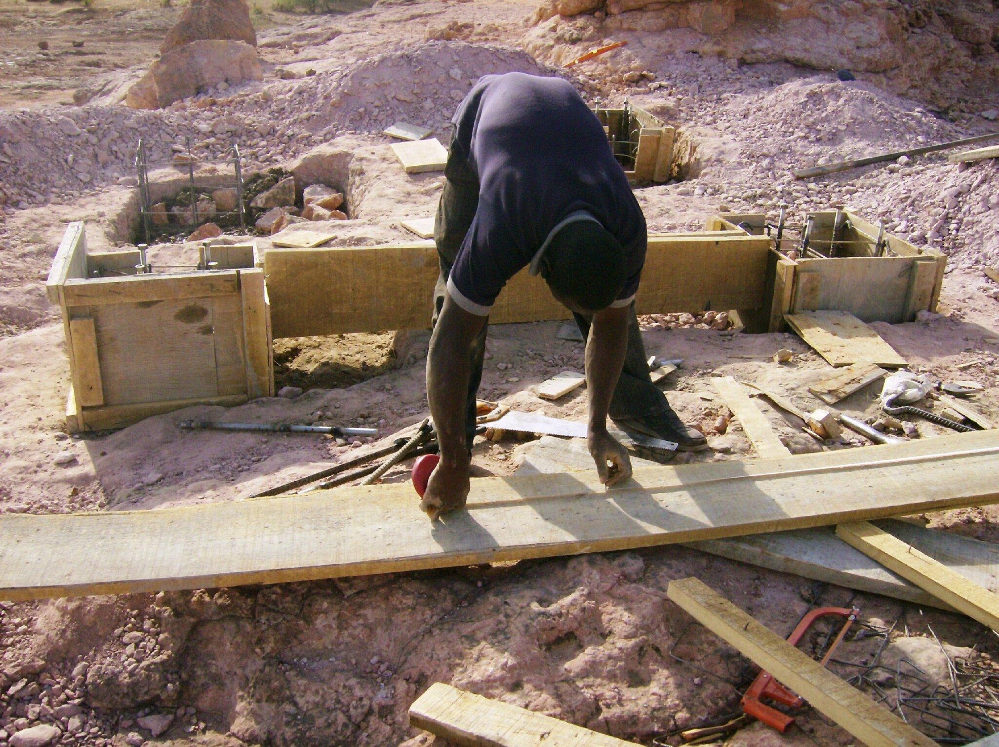 préparation des fondations des piliers du château d'eau ( février 2014 )