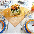 Une table aux couleurs oranges et bleutes......