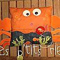 Un doudou, coussin crabe....