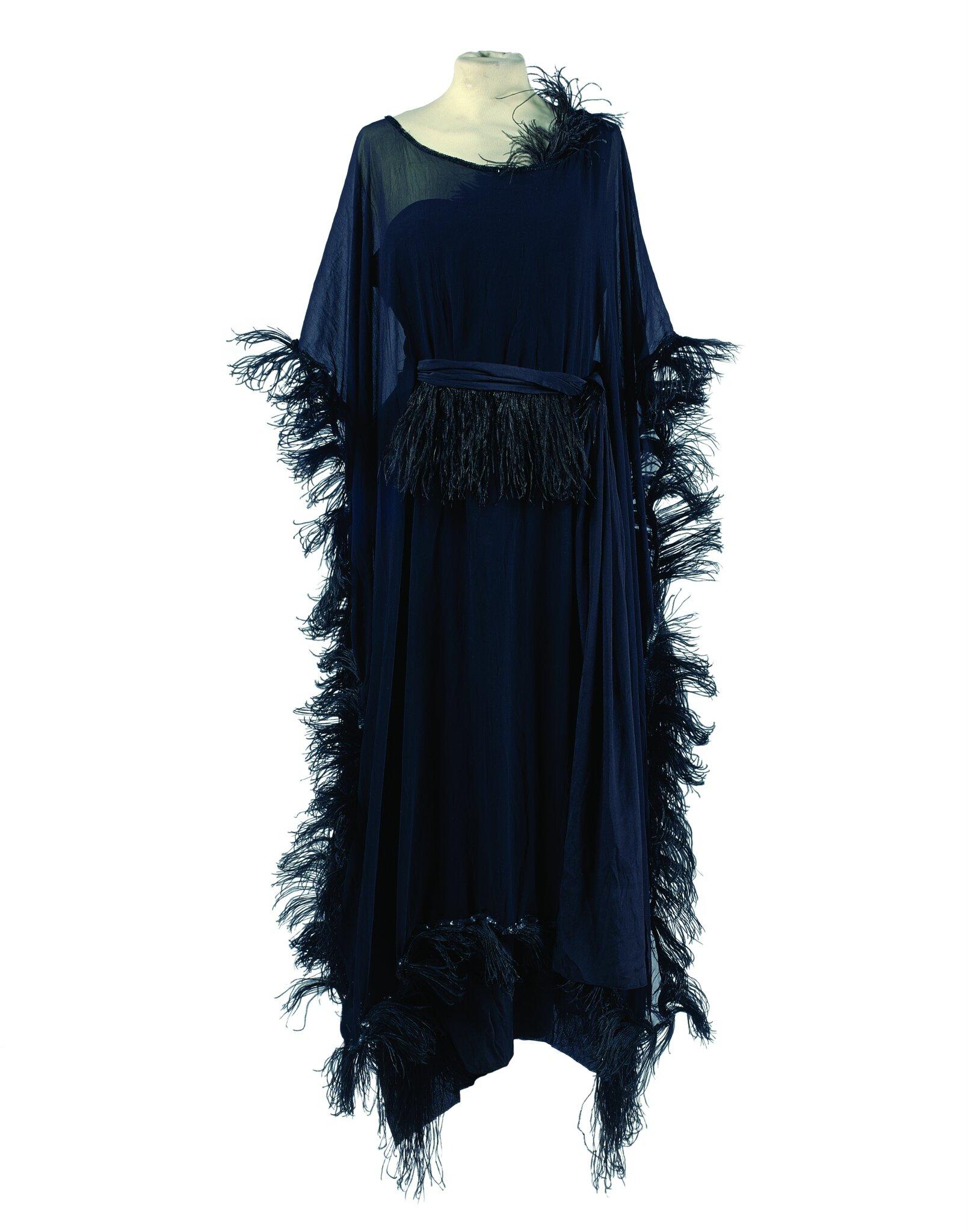Gabrielle Chanel: Robe en crêpe de soie noir et son dessus en mousseline de soie noire, circa 1918
