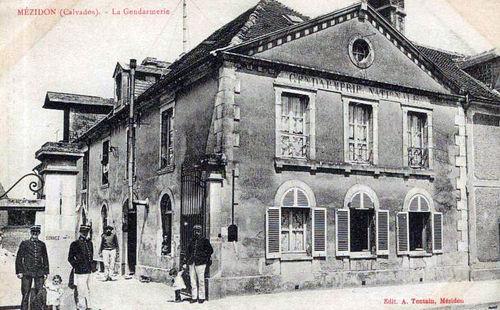 Mézidon - la grande rue (la gendarmerie)