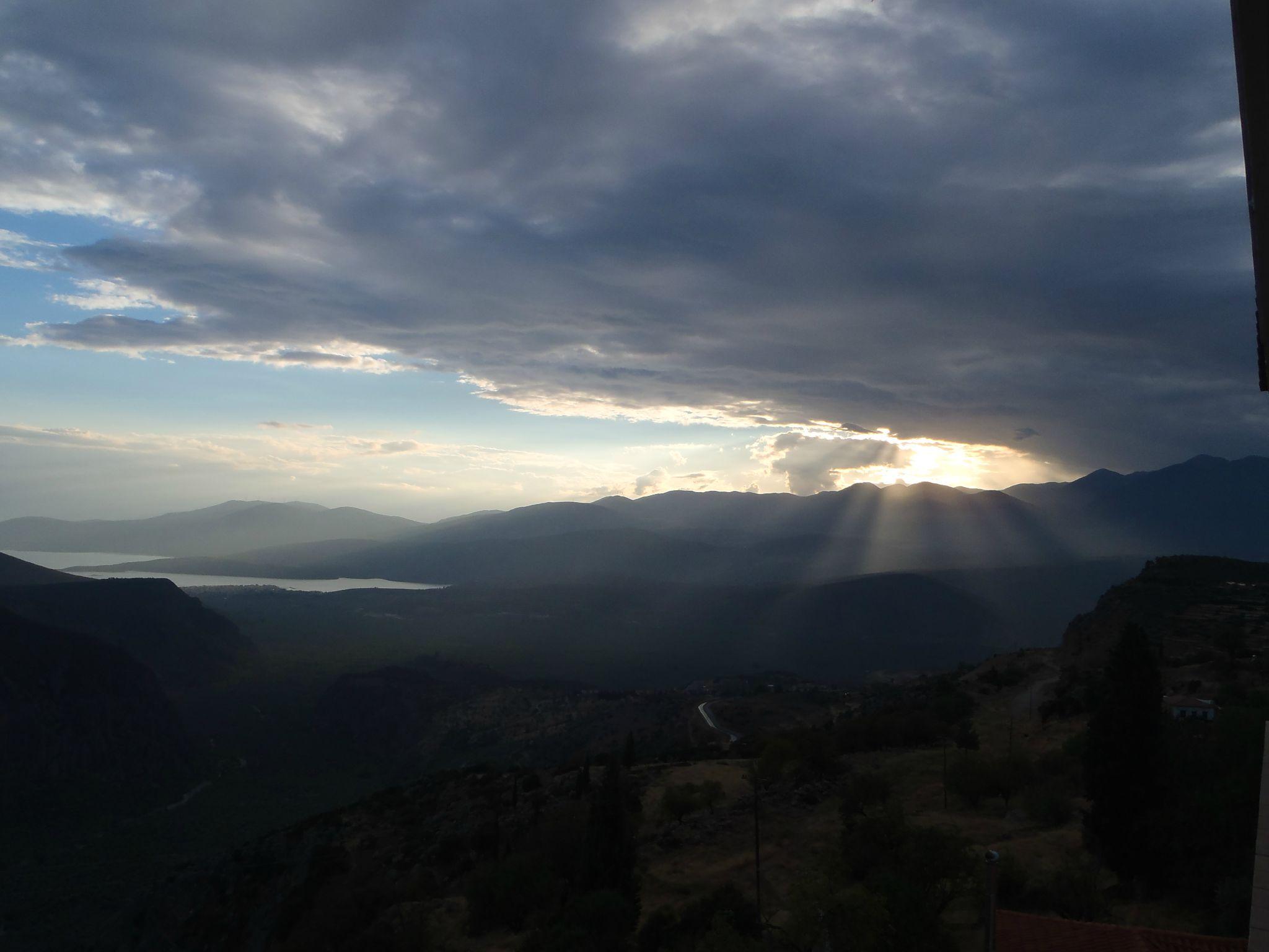 grèce delphes ciel d'orage au coucher du soleil