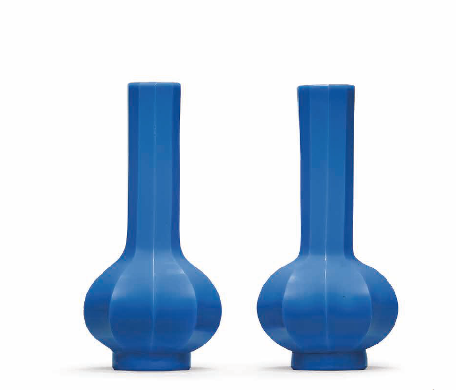 A pair of fluted blue glass vases, Qing dynasty (1644-1911)