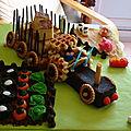 Gâteau d'anniversaire tracteur et sa remorque
