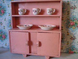 Petit buffet de cuisine en bois 1950 rose photo de for Buffet de cuisine 1950