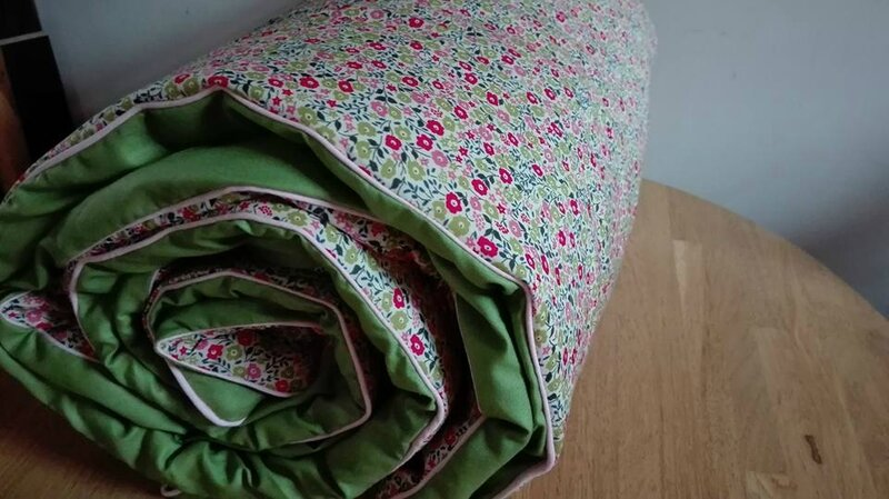 Plaid-Edredon en Liberty Fairford rose et vert, dos coton vert, passepoil rose 100x150 cm (8)