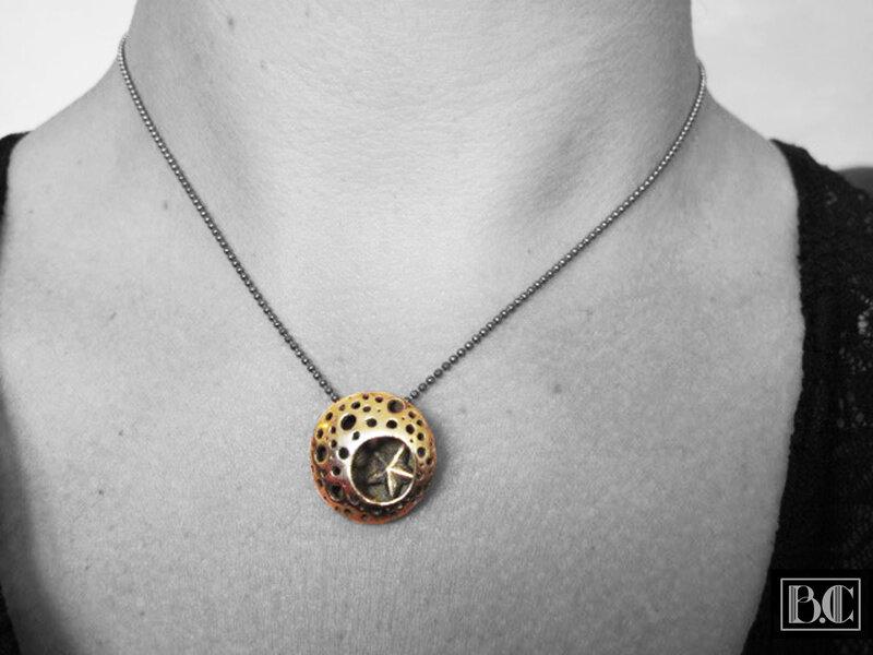 Pendentif lentille sous l'océan bronze doré porté