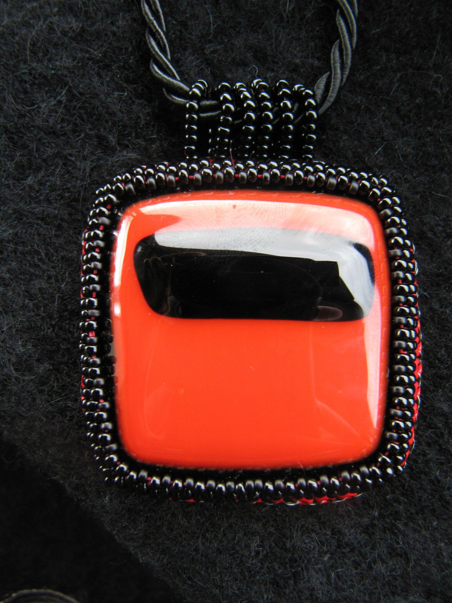 Pendentif rouge/noir