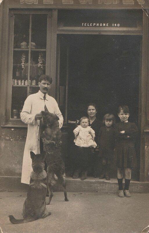 Yves et Marguerite Desroches avec Robert et René