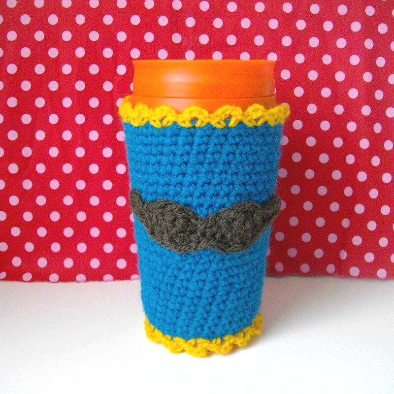 musée-the-serial-crocheteuse-une-fille-a-frange-moustache-mug-sweater-pull