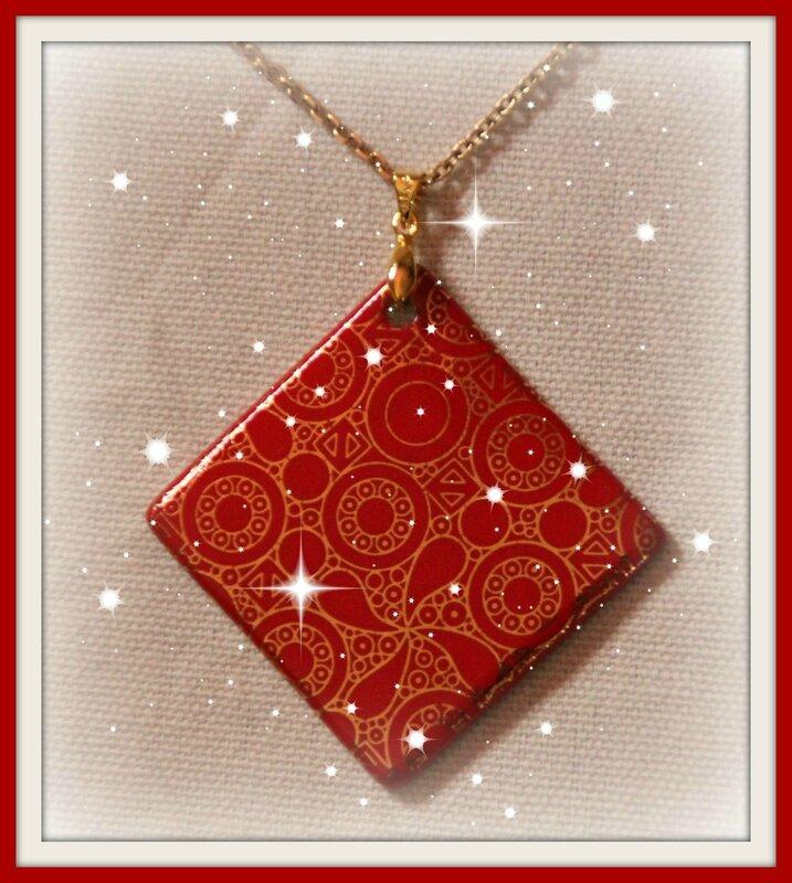 Collier carré rouge et doré