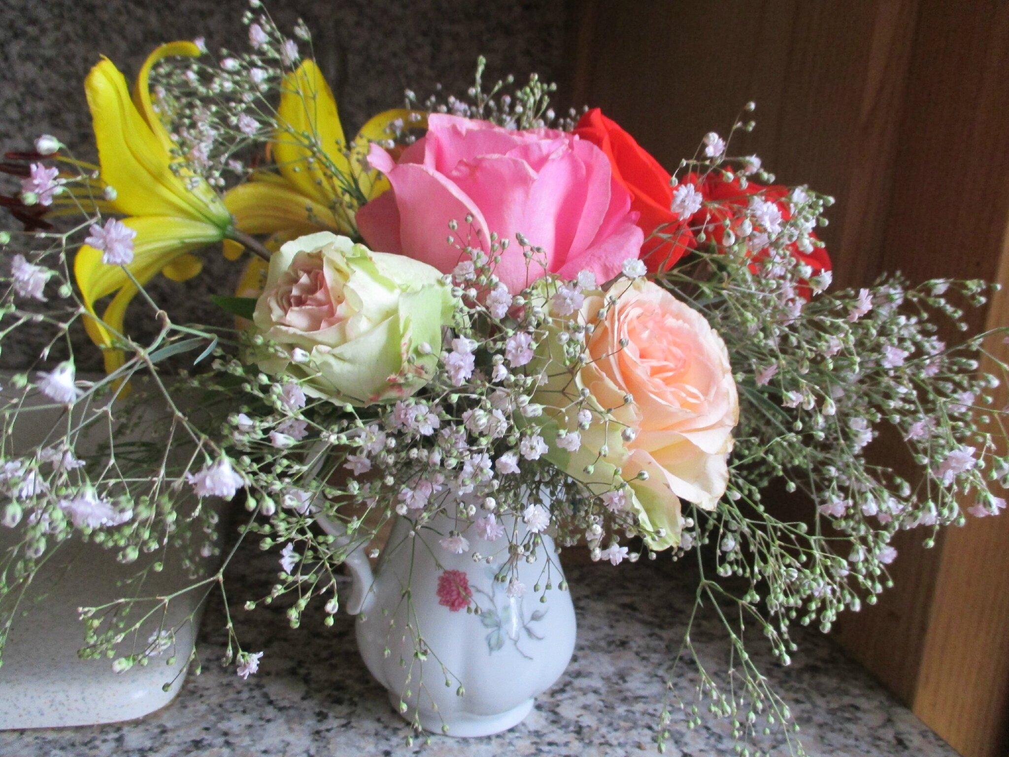 les fleurs coupées ne cessent pas de vivre, dessus les cous graciles,les têtes blondes ploient;bises à toutes♥