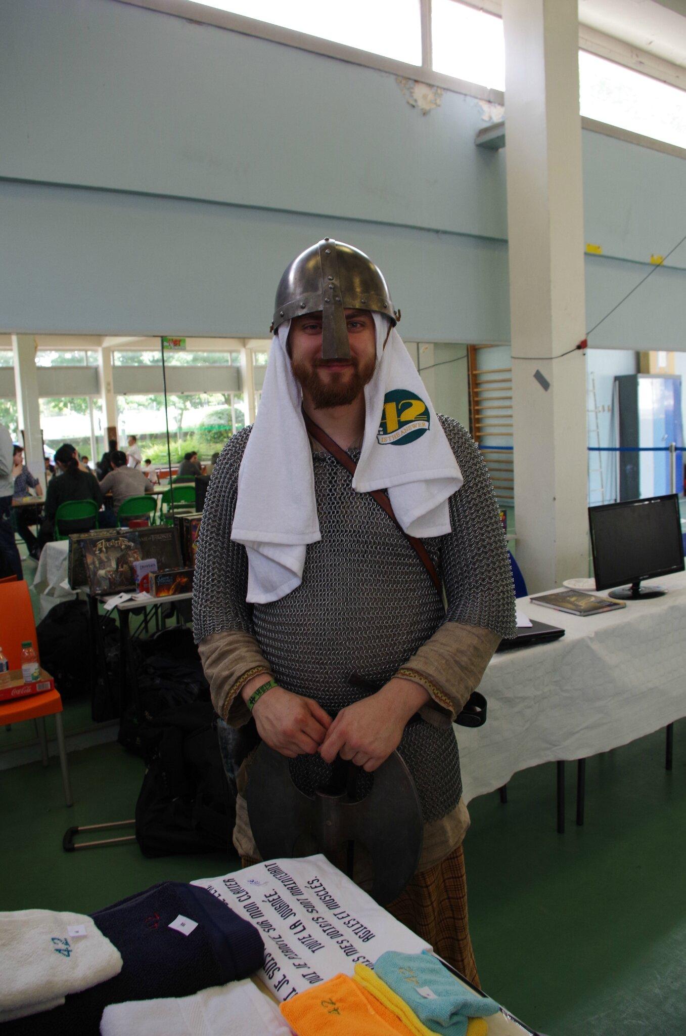 Un chevalier qui n'a pas oublié sa serviette pour le Towel Day !