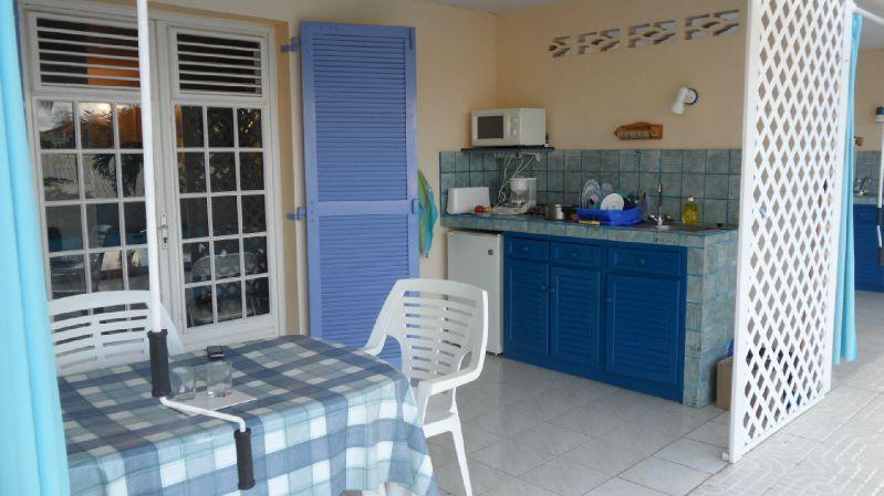 Notre location: la cuisine à l'extérieur, devant la piscine