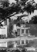 1962-08-05-brentwood-outside-garden-3