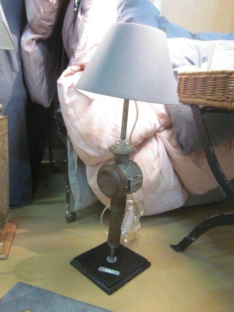Détournement d'objet - Ancienne lanterne de voiture montée en pied de lampe sur socle de bois peint en noir - abat-jour gris (2)