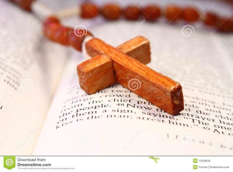 croix-en-bois-de-rosaire-sur-une-bible-ouverte-14328618
