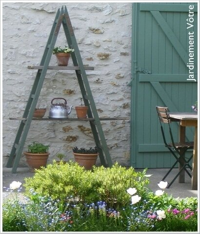 C t terrasse une chelle tag re plantes photo de d co brocante r cup 39 jardinement v tre - Echelle pour plante ...