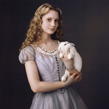 mia_wasikowska_alice_in_wonderland_2