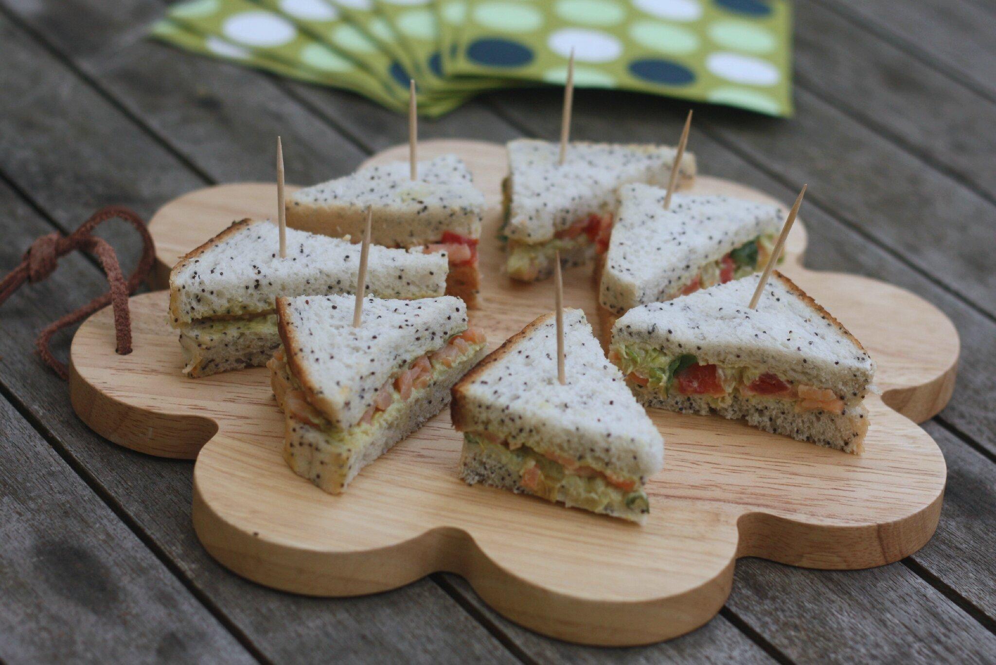Mini sandwiches comme pour un tea time anglais saumon fum oeufs cresson ou saumon et cr me d - Idee de sandwich froid ...