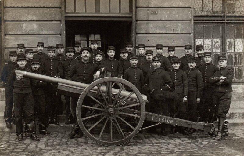 Rouen, caserne Jeanne d'Arc, pièce de 75 et groupe d'artilleurs du 43e RAC (carte-photo coll