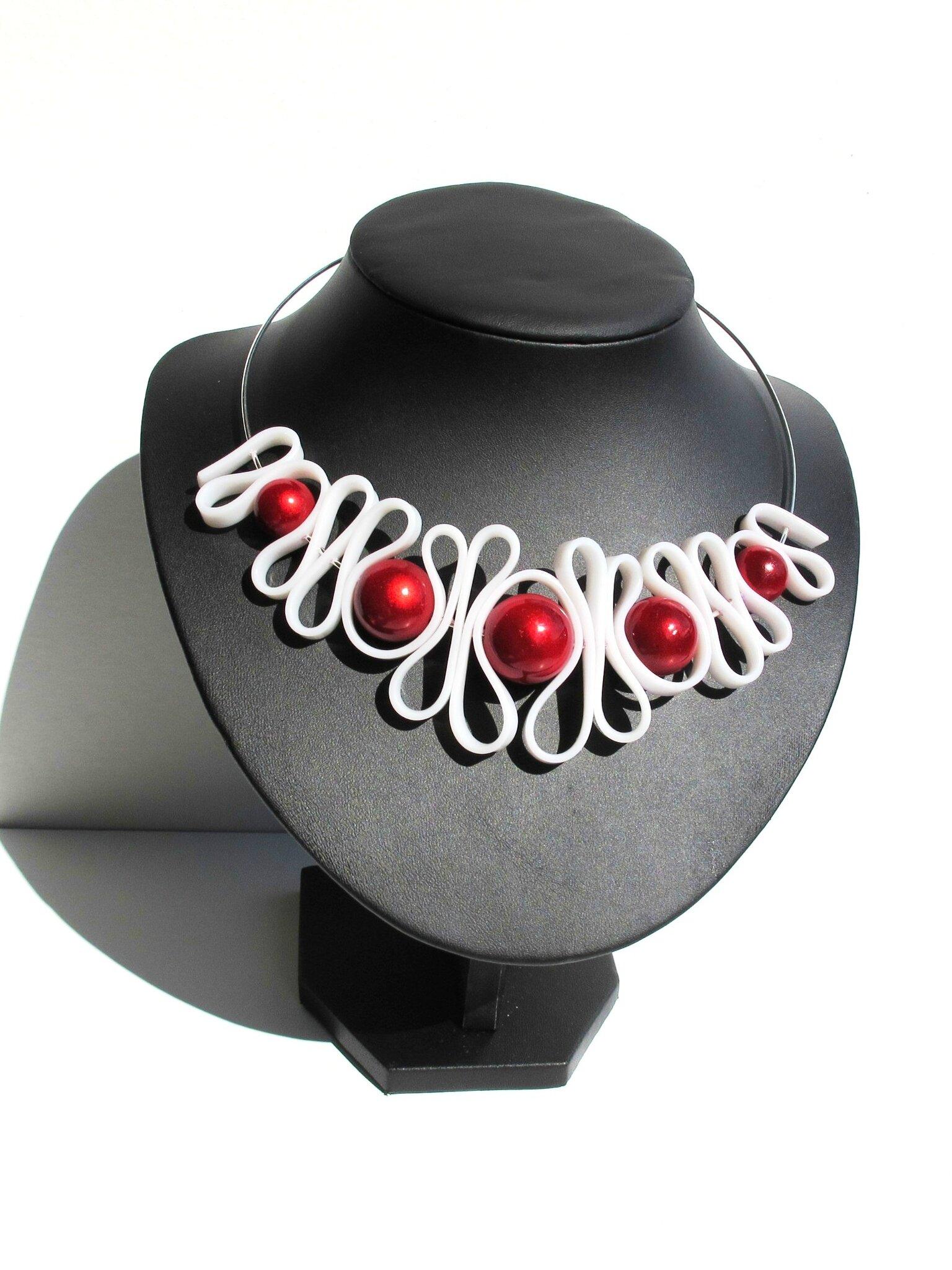 collier lanière blanche perles rouges buste