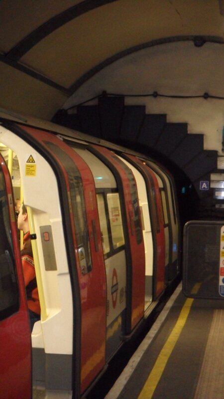 London Underground : tube entrant dans le tunnel