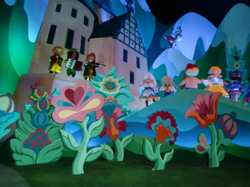 Et c'est parti ! Allez, chantons tous ensemble : It's a small world after all, it's a small, small world...