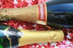 5869531-deux-bouteilles-de-champagne-sur-un-fond-de-decorations-de-noel