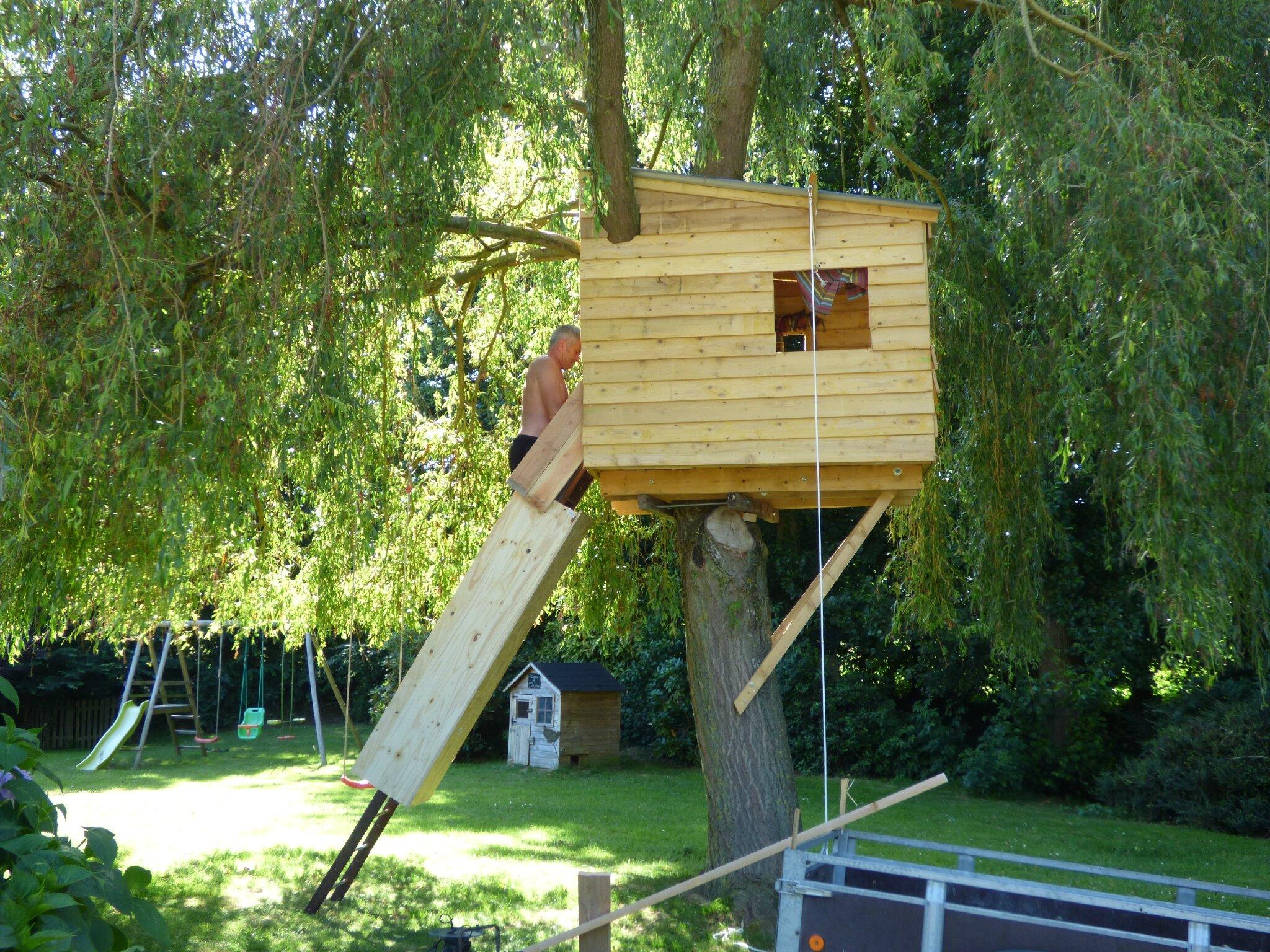 cr ation d 39 une cabane dans l 39 arbre et installation de petits panneaux p dagogiques sympa g te. Black Bedroom Furniture Sets. Home Design Ideas