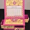 Le tutoriel du calendrier et sa boîte à tiroirs sur carte chevalet