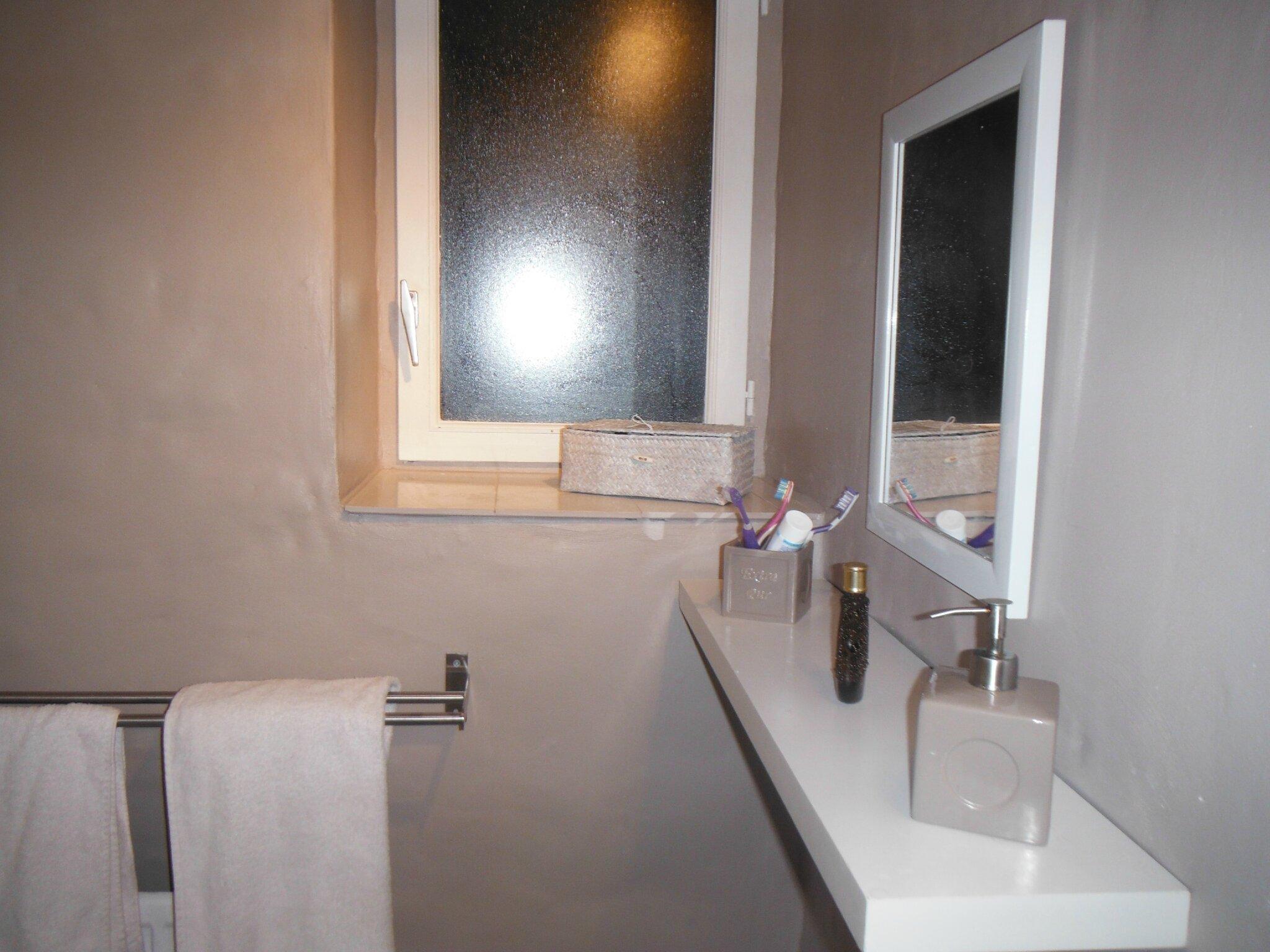 Ambiance salle de bain retro for Carrelage marron salle de bain