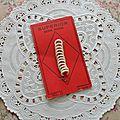 Bone Rings (red card / Anneaux en os sur carton rouge