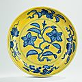 A yellow-ground blue and white 'Gardenia' dish, Hongzhi six-character mark in underglaze blue within a double circle and of the period (1488-1505)