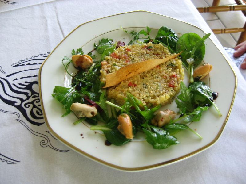 Mélée de Mesclun et moules en chaud-froid, taboulé de quinoa au safran