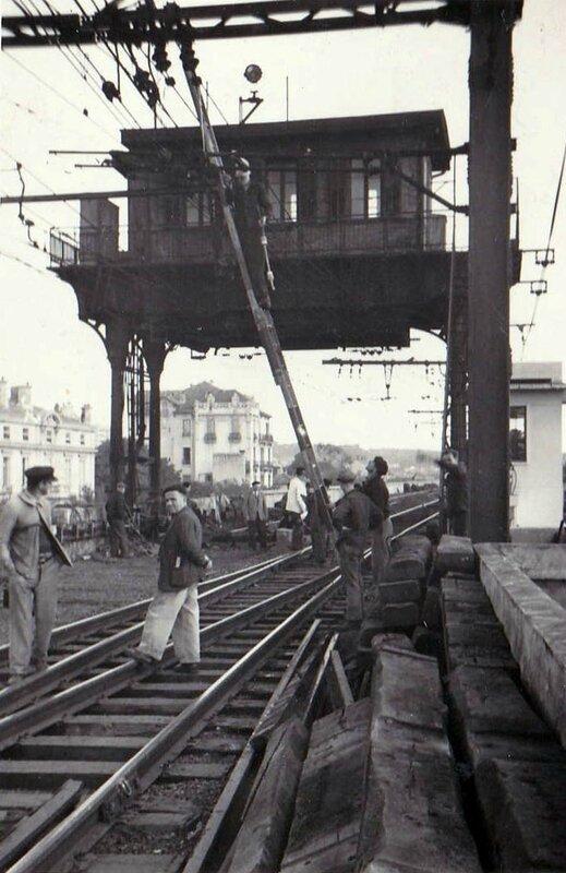 Les Poste 1GV type Saxby en haut et à droite le poste type Mors en 1953 lors des travaux de remplacement
