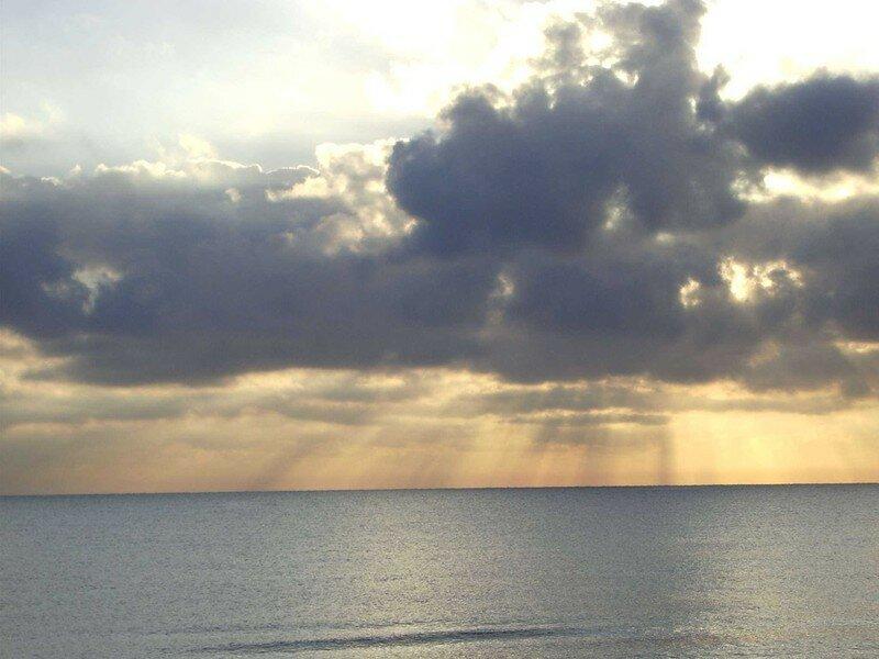 rayon de soleil traversant les nuages