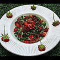 Salade de petits pois croquants, fraises mara et bacon croustillant