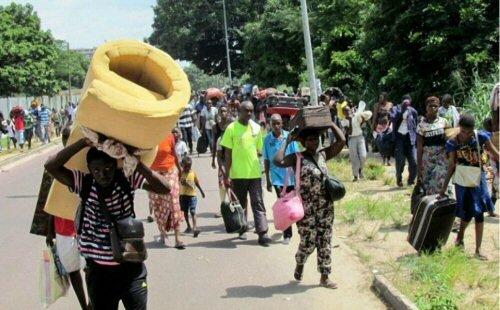 les habitants du pool fuyant les les lieux des opérations militaires