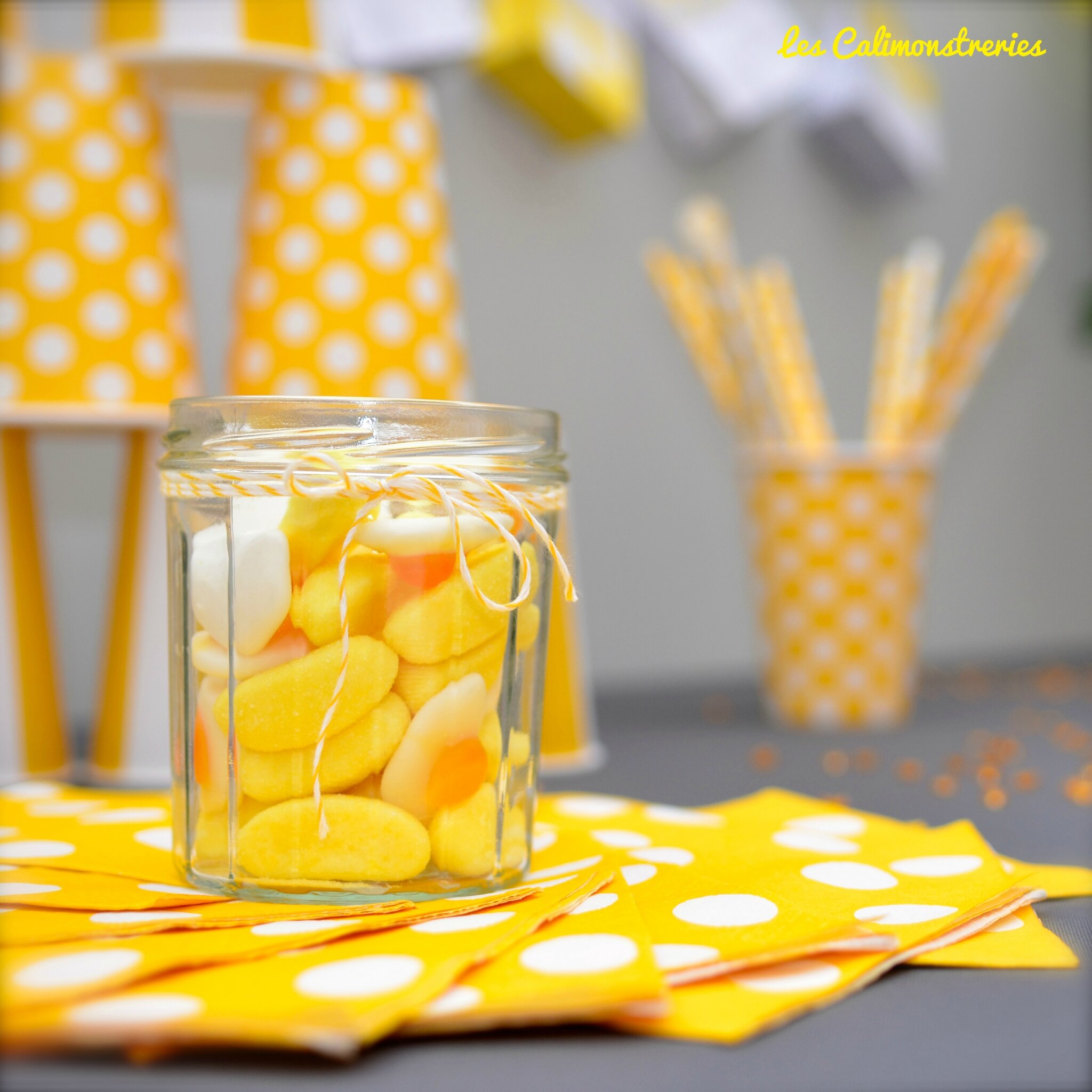 Un anniversaire en gris et jaune les calimonstreries for Decoration jaune