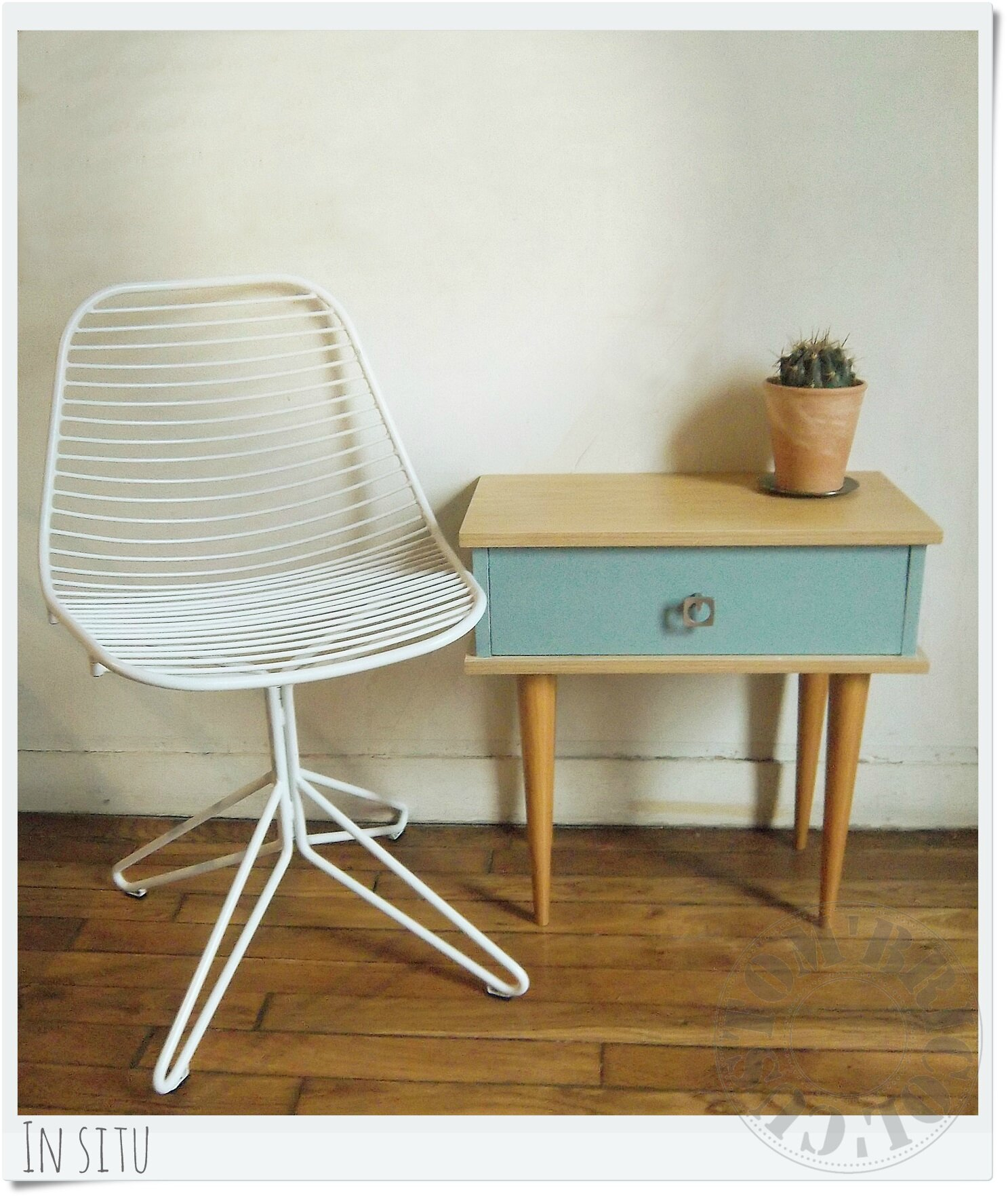 Chevet vintage bleu in situ 2 photo de bureaux - Table de chevet retro ...