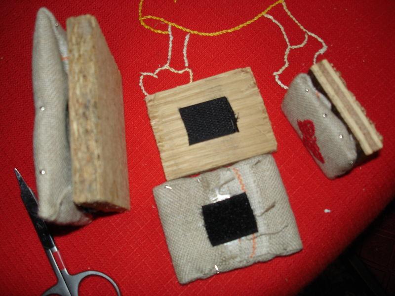 Montage des miniatures sur carton plume avec épingles,scratch et support bois