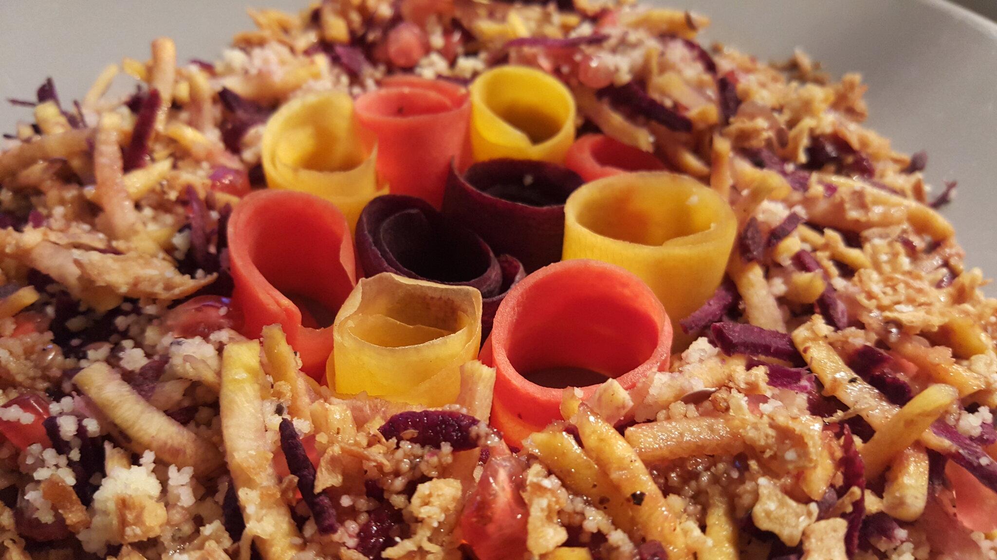 Une salade colorée végétarienne et sa sauce vinaigrette asiatique
