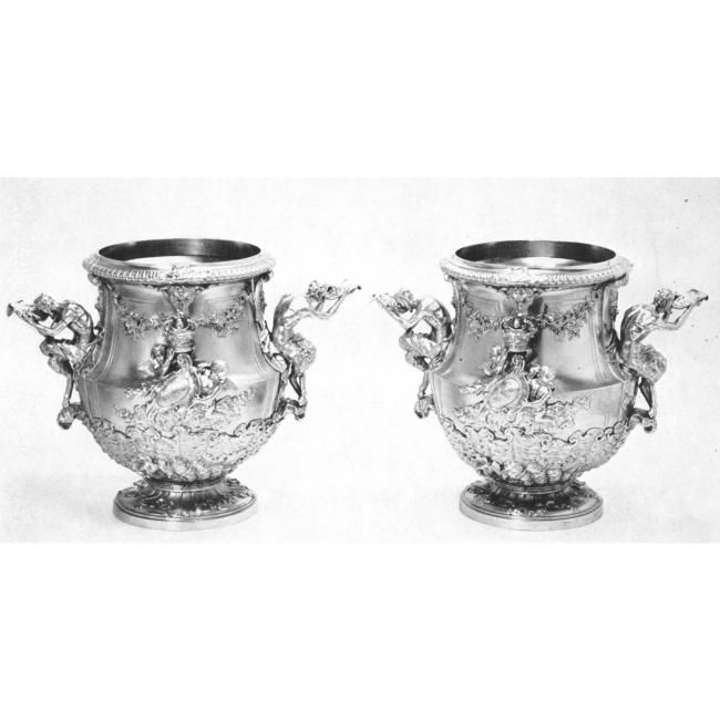 paire d 39 importants vases couverts en argent par paul crespin poin ons de londres pour 1726. Black Bedroom Furniture Sets. Home Design Ideas
