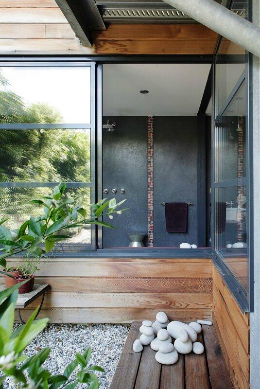 une-large-fenetre-d-angle-coulissante-pour-admirer-la-vue-depuis-la-salle-de-bains_5311977