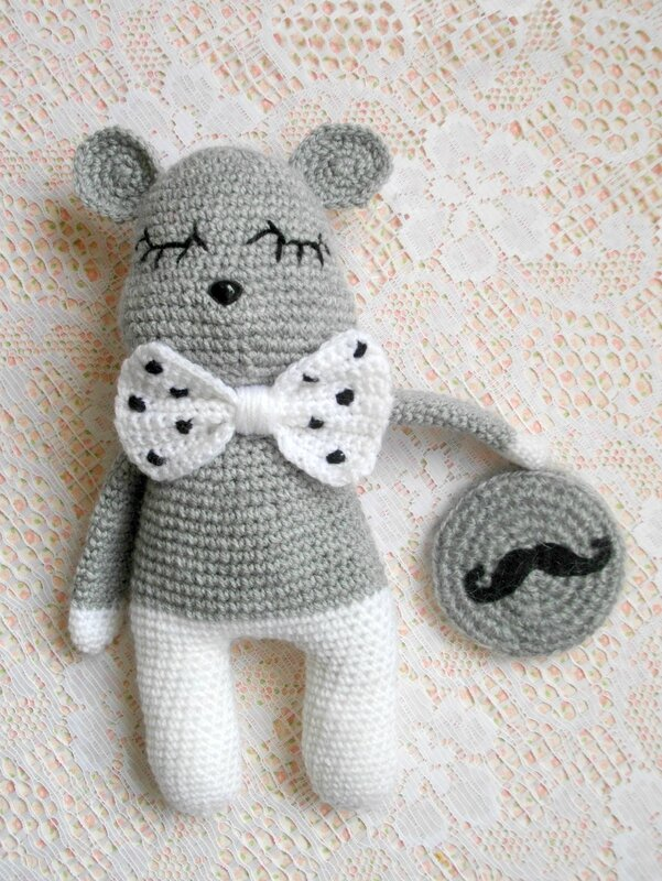 movember-moustache-crochet-souris-gris